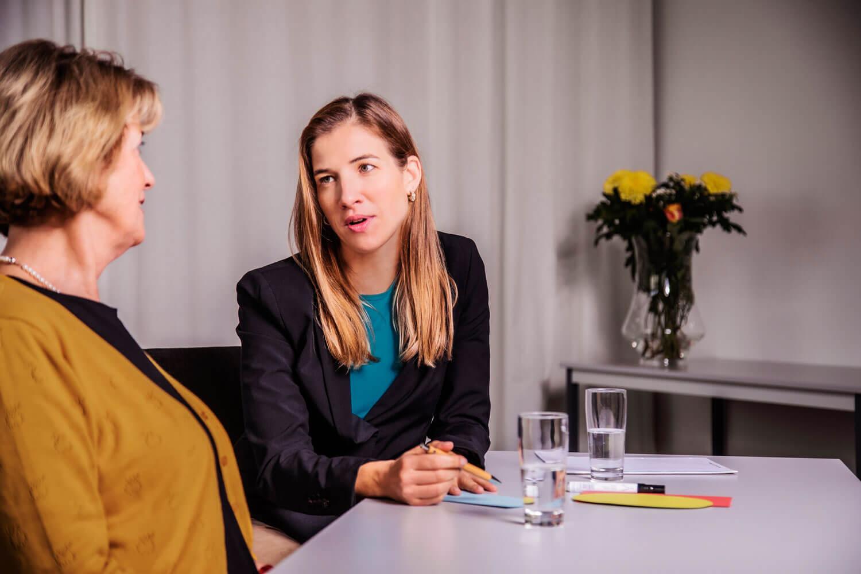 Das Bild zeigt wie die Kundin und der Coach Katrin Bergmann gemeinsam Strategien zur Persönlichkeitsentwicklung erarbeiten.